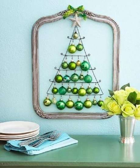 34. Árvore de Natal na parede criativa feita com bolinhas verdes. Fonte: Pinterest
