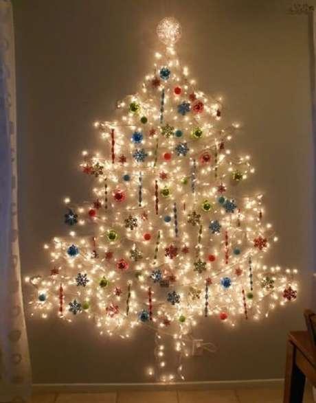 35. Chame as crianças para montar a árvore de Natal na parede. Fonte: Pinterest