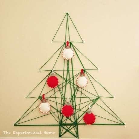36. Árvore de Natal na parede feita com linhas. Fonte: Pinterest