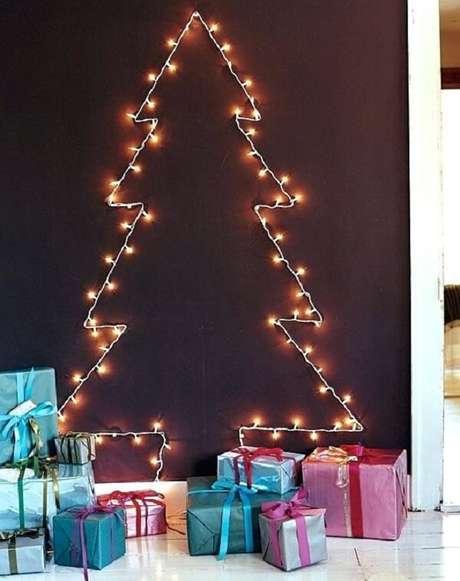 71. Árvore de Natal na parede feita com pisca pisca. Fonte: Pinterest