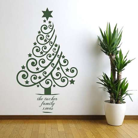 32. Árvore de Natal na parede feita com adesivo. Fonte: Pinterest