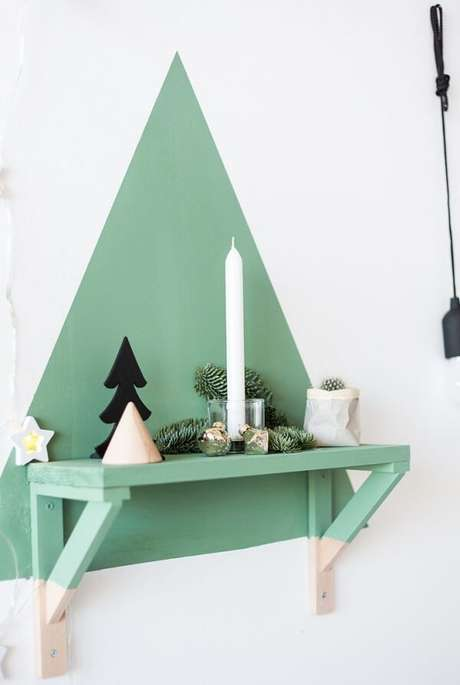 39. Pintura na parede simula uma árvore de Natal. Fonte: Pinterest