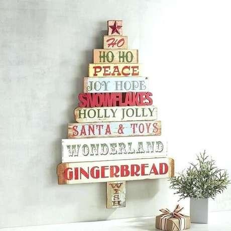 72. Árvore de Natal feita com placas de madeira. Fonte: Pinterest
