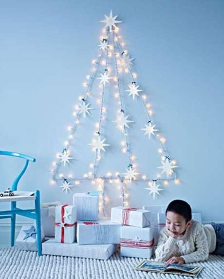 75. Utilize um pisca pisca e enfeites natalinos para decorar sua casa no Natal. Fonte: Pinterest