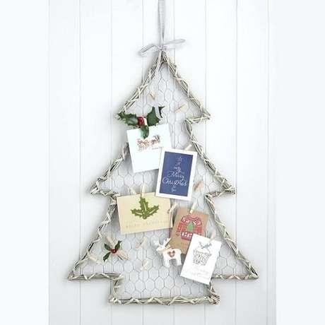 76. Árvore de Natal com estrutura metálica e cartões natalinos. Fonte: Pinterest