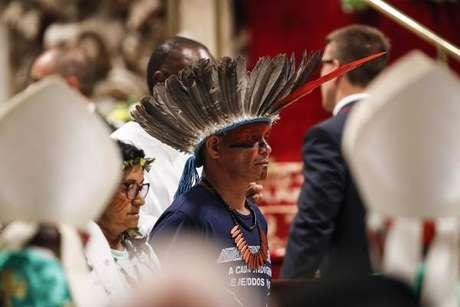Indígenas participam de missa de abertura do Sínodo, em 6 de outubro