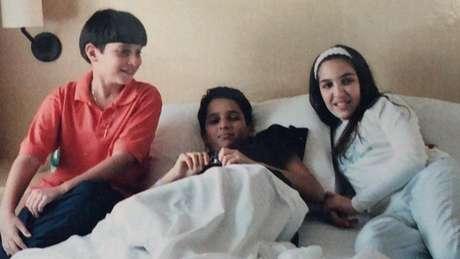 Quanto tinha 13 anos, Mauro (centro) foi diagnosticado com um tumor no cérebro; sua recuperação foi considerada um dos primeiros milagres atribuídos a Irmã Dulce