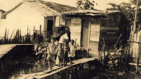 Em 1935, Irmã Dulce dá início a seu trabalho assistencial em comunidades carentes, sobretudo nos Alagados