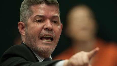 'Bolsonaro não está algemado no PSL, não. Aqui não tem ninguém amarrado', diz Delegado Waldir