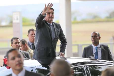 Jair Bolsonaro cumprimenta turistas na porta do Alvorada após criticar presidente do PSL