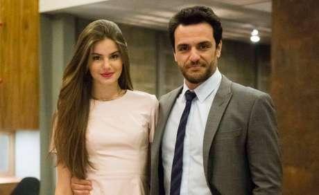 Camila Queiroz e Rodrigo Lombardi em cena de 'Verdades Secretas'