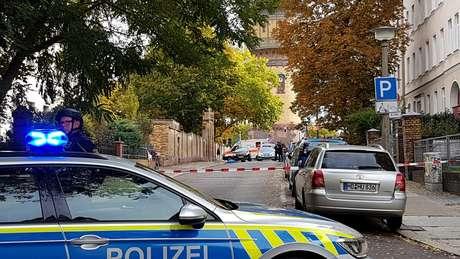 Carro de polícia em local onde ataque a tiros deixou dois mortos na cidade alemã de Halle 09/10/2019 REUTERS/Marvin Gaul