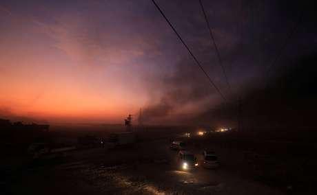 Veículos são vistos enquanto pessoas deixam cidade de Ras al Ain 09/10/2019 REUTERS/Rodi Said
