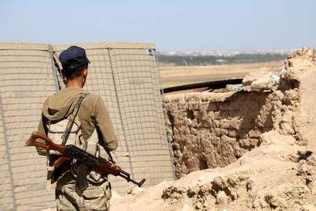 Soldado curdo em guarda para ofensiva da Turquia