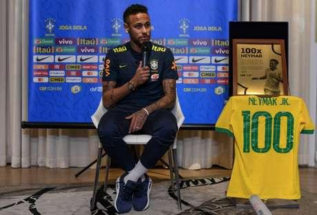 Neymar recebe homenagem pelos 100 jogos pela Seleção (Foto: Pedro Martins / MoWA Press)
