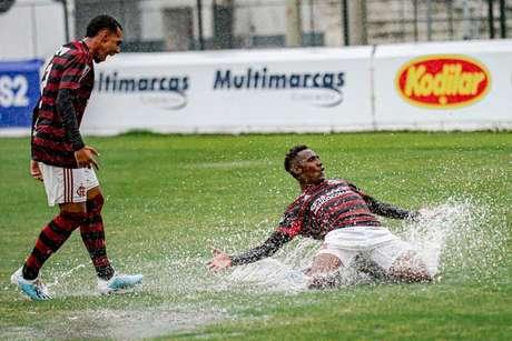 Yuri César, de joelhos, comemora um dos gols do Flamengo sobre o Vasco (Foto: Marcelo Cortes / Flamengo)