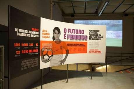 Mostra sobre futebol feminino vem fazendo sucesso no Pacaembu (Foto: Divulgação)