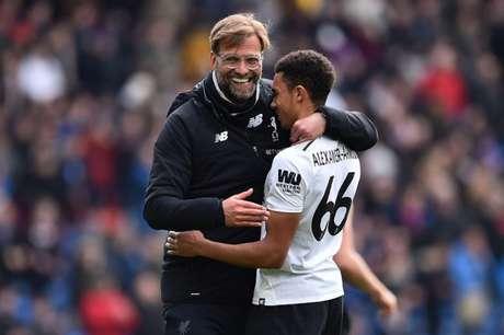 Lateral e treinador formam uma dupla vencedora no Liverpool (Foto: AFP)