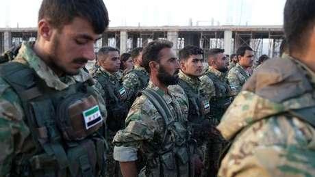 Membros do Exército Nacional Sírio, grupo rebelde apoiado pela Turquia, se preparam para ofensiva contra curdos