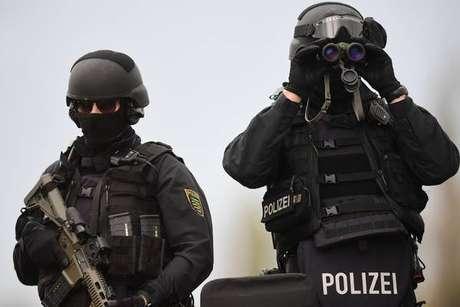 Policiais em guarda após ataque em Halle, na Alemanha