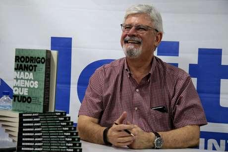 """Sessão de autógrafos de Rodrigo Janot, no lançamento do livro """"Nada Menos que Tudo"""", na livraria Leitura em Brasília"""
