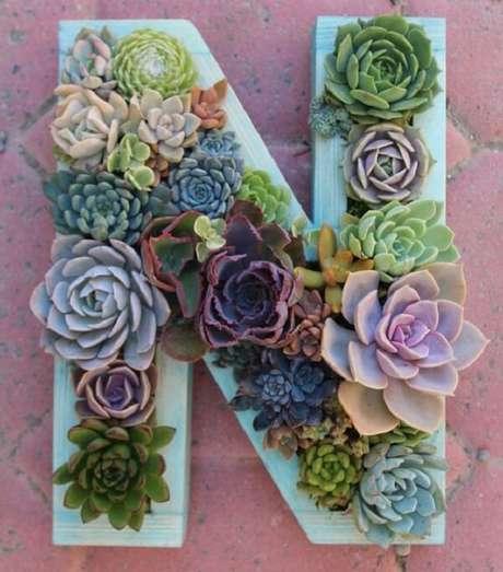 20. Utilize letras decorativas para compor um lindo jardim de suculentas. Fonte: Pinterest