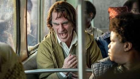 Em uma das cenas do filme em que o Coringa viaja de ônibus, o Coringa tem um de seus ataques característicos de riso, que dura alguns segundos