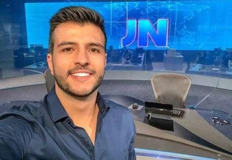 O jornalista Matheus Ribeiro, apresentador da TV Anhanguera, afiliada da Rede Globo.