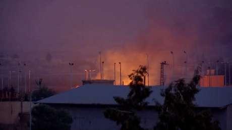 Vista de longe de incêndio e fumaça na cidade síria de Tel Abyad  10/10/2019 REUTERS/ReutersTV