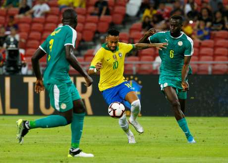 Neymar tenta o drible durante amistoso da Seleção contra Senegal