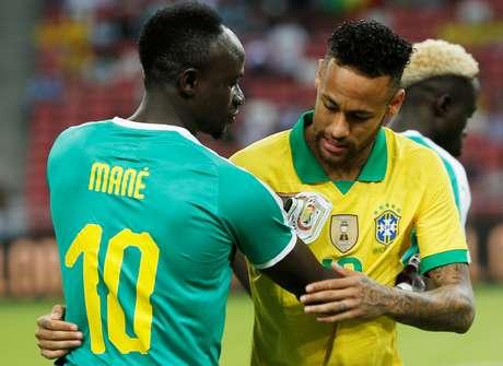 Neymar e Sadio Mane, após partida desta quinta-feira, 10, entre Brasil e Senegal