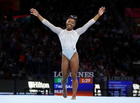 Simone Biles conquista título na ginástica.