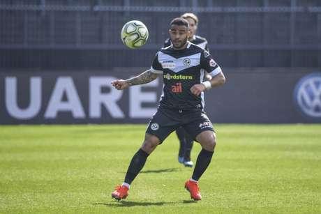 Carlinhos quer seguir fazendo bons jogos no Lugano (Foto: Divulgação / Lugano)