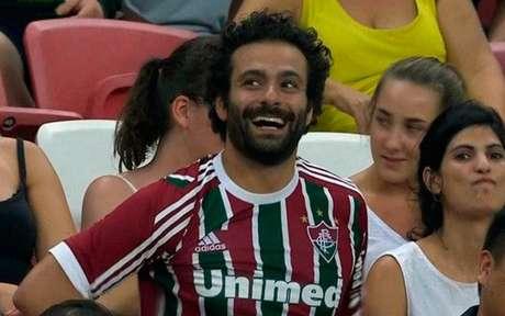 Torcedor faz sucesso em Singapura com aparência de Salah e camisa do Fluminense (Foto: Reprodução/Twitter)