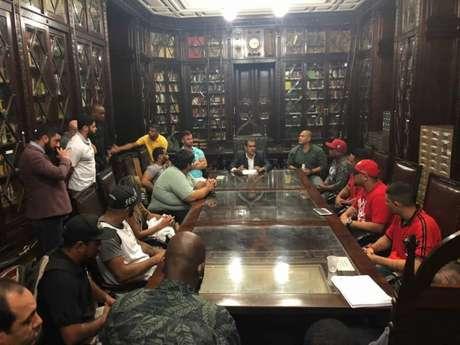 Representantes de torcidas organizadas do Rio de Janeiro se reuniram com oBruno Dauaire (PSC) (Foto: Divulgação)