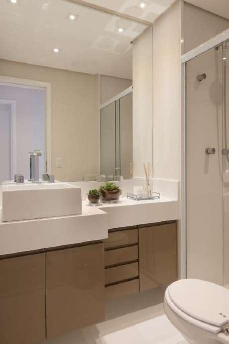21. Banheiro branco com gabinete marrom e jardim de suculentas. Fonte Projeto por Bianchi & Lima Arquitetura