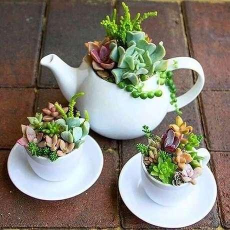 48. Conjunto de bule e xícaras formam um lindo jardim de suculentas. Fonte: Pinterest