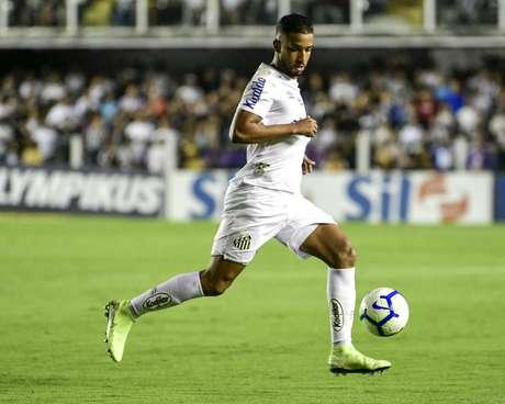 Jorge, lateral-esquerdo do Santos, durante jogo contra o Palmeiras