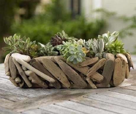 51. Jardim de suculentas montada em um suporte artesanal. Fonte: Vanderlei Paisagista