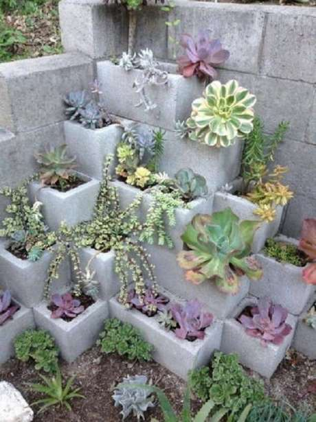 58. Blocos de cimento foram utilizados para estruturar o jardim de suculentas. Fonte: Pinterest