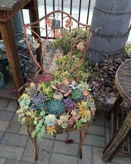 38. Jardim de suculentas montado sobre a estrutura metálica de uma cadeira. Fonte: Blog Yourgreatfinds