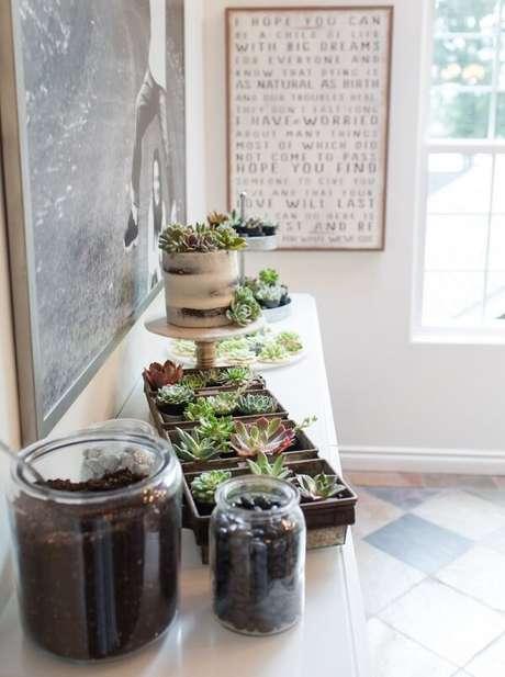 26. Jardim de suculentas encanta a decoração desse ambiente. Fonte: Pinterest
