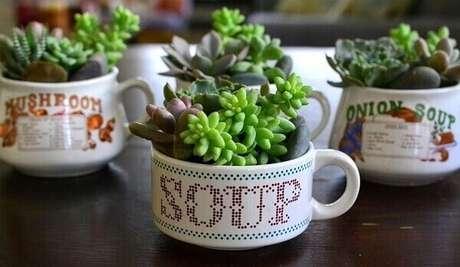 61. Mini jardim de suculentas montadas em potes de vidro. Fonte: Pinterest