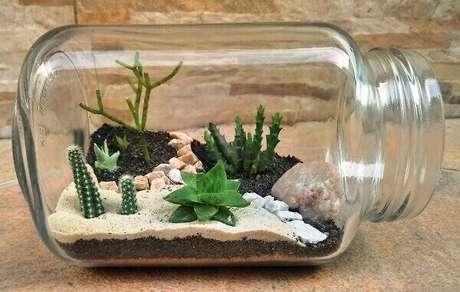 11. Os potes de vidro podem ser utilizados para montar um lindo mini jardim de suculentas. Fonte: Pinterest