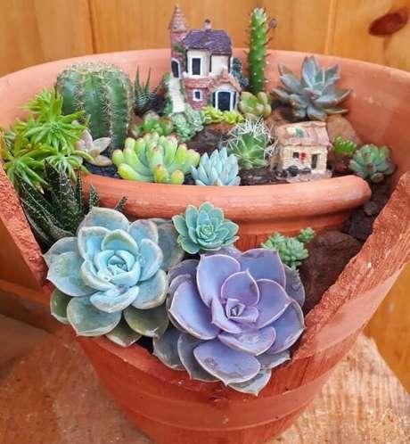 44. Reaproveite a estrutura de vaso quebrado e monte um mini jardim de suculentas. Fonte: Sítio das Suculentas
