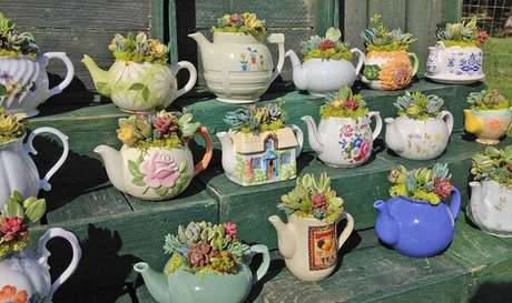 64. Reaproveite peças de porcelana e monta um lindo jardim de suculentas. Fonte: Pinterest