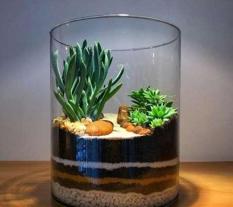 65. Reaproveite um pote de vidro para fazer um terrário e um mini jardim de suculentas. Fonte: Leart Verde