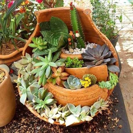 66. Reutilize vasos de casa para montar um mini jardim de suculentas. Fonte: Essência da Terra