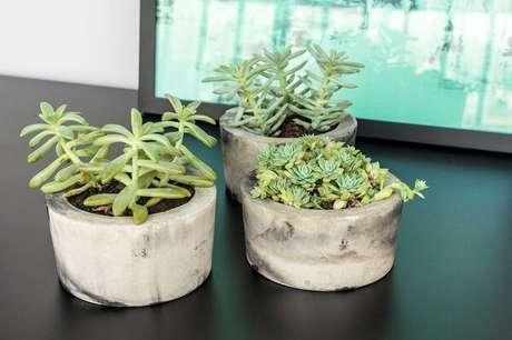 31. Vasos de concreto com jardim de suculentas. Projeto por Zark Studio Lab