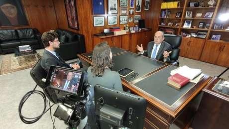 Mendes recebeu a equipe da BBC News Brasil em seu gabinete
